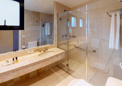 A bathroom at Estanplaza Nações Unidas