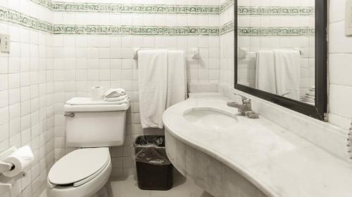 A bathroom at Hotel Urdiñola Saltillo