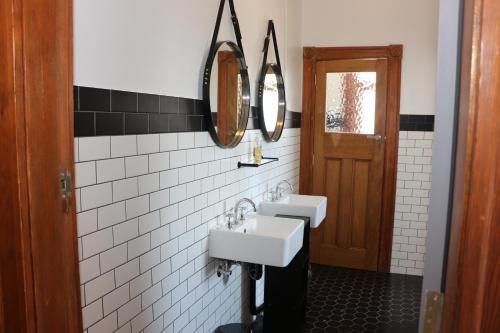 A bathroom at Guildford Hotel