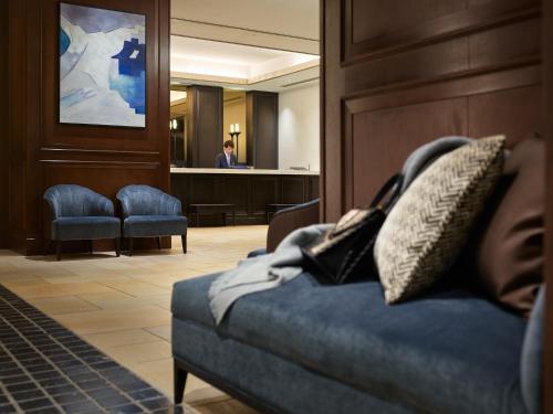 A seating area at Mitsui Garden Hotel Shiodome Italia-gai