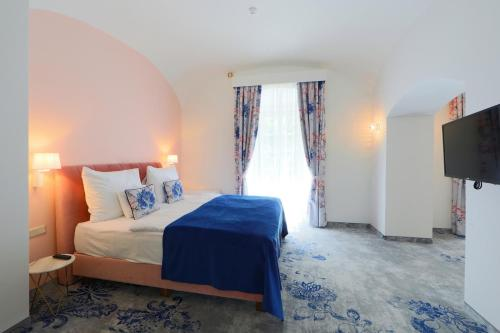 A bed or beds in a room at Anna Grand Hotel Wine & Vital