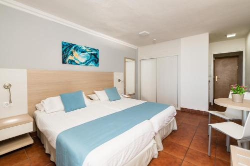 A bed or beds in a room at Hotel New Folías