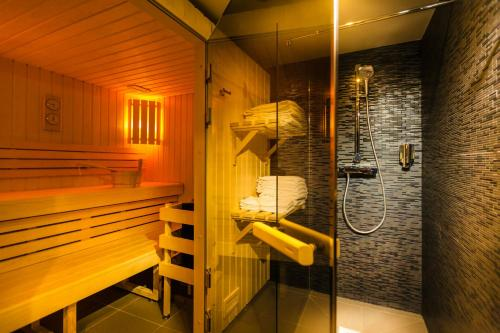 A bathroom at Helussi Hôtel