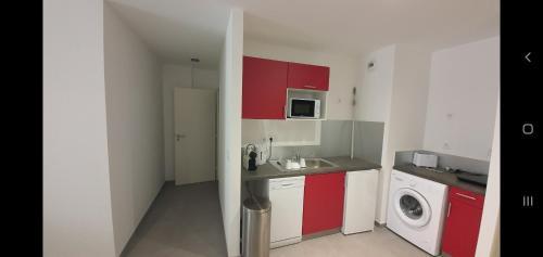 A kitchen or kitchenette at LE CASTEL ET MUCEM
