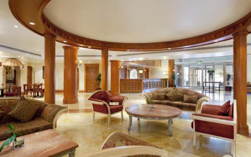 O saguão ou recepção de Holiday Inn Al Khobar, an IHG Hotel