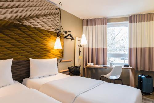 Кровать или кровати в номере ibis Heidelberg Hauptbahnhof