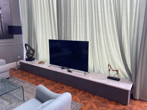 Uma TV ou centro de entretenimento em Divon Chalets
