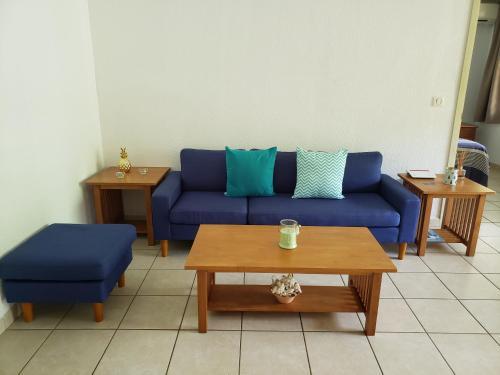 Uma área de estar em 2 bedrooms condo with swimming pool