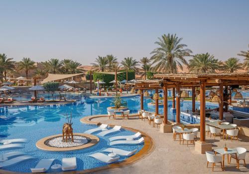 The swimming pool at or near Anantara Qasr al Sarab Desert Resort