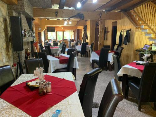 A restaurant or other place to eat at Cabana Bradul