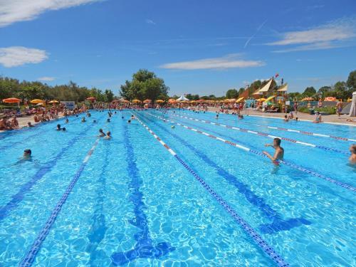 Bazén v ubytování Centro Vacanze Pra' delle Torri nebo v jeho okolí