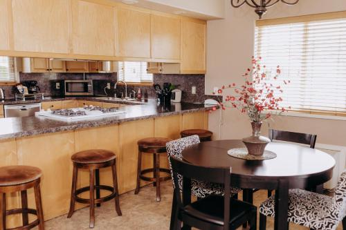 A kitchen or kitchenette at Pacific Inn Motel