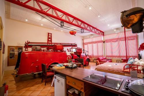 Un restaurante o sitio para comer en Fire Station Inn