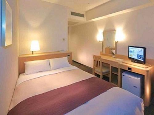 A bed or beds in a room at Tokyo Bay Ariake Washington Hotel