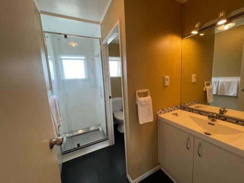 A bathroom at Six On Union Motel