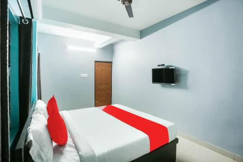 A bed or beds in a room at OYO Flagship 78327 Hotel Saizen