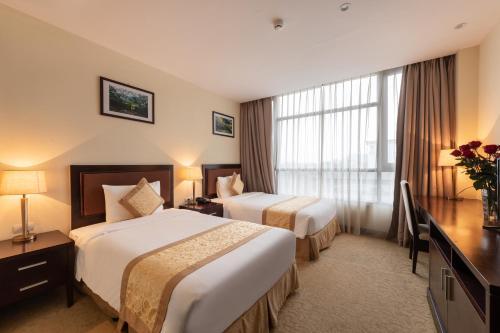 Giường trong phòng chung tại Red River View Hotel