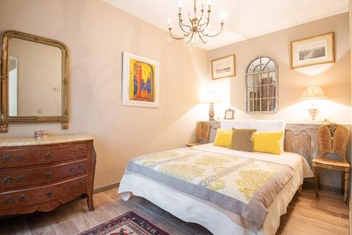 A bed or beds in a room at Campo Di Fiori, Maisons de Charme