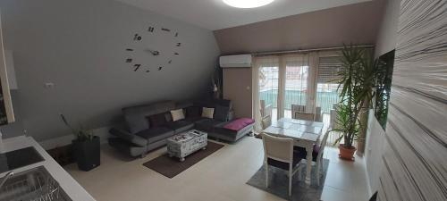 A seating area at Hétvezér Penthouse Apartments