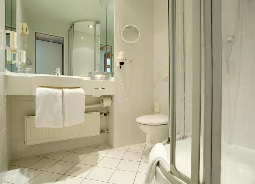 A bathroom at Hotel Amadeus Frankfurt