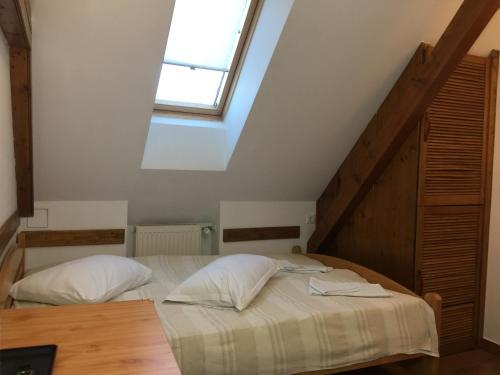Un pat sau paturi într-o cameră la Pension Green Park