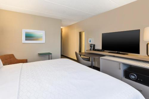 A television and/or entertainment centre at Holiday Inn Westbury-Long Island, an IHG Hotel