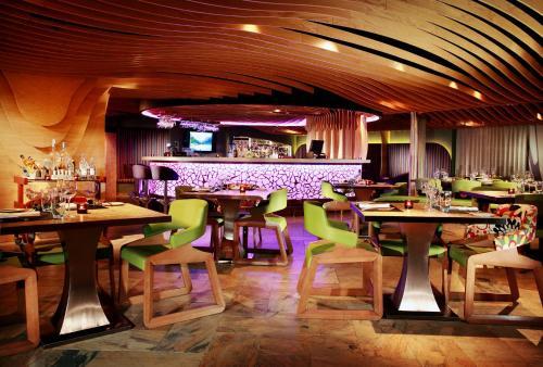 Un restaurante o sitio para comer en The Luxe Manor