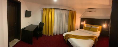 Un pat sau paturi într-o cameră la Pensiunea Domnika