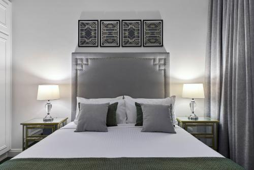 A bed or beds in a room at Mansions on Pulteney