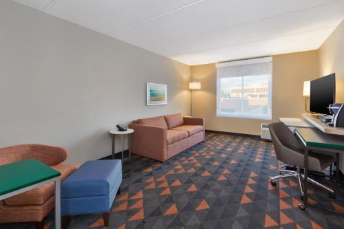 A seating area at Holiday Inn Westbury-Long Island, an IHG Hotel