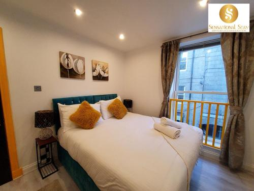 A bed or beds in a room at 1 & 3 Bedroom Apt by Sensational Stay Serviced Accommodation - Adelphi Suites