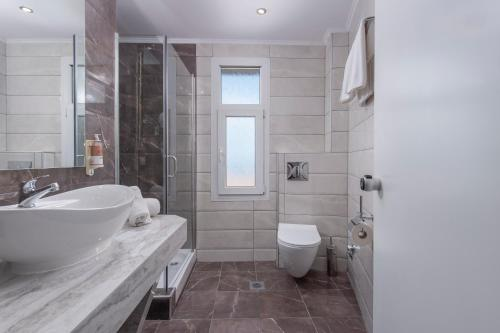 A bathroom at Alia Palace Hotel - Adults Only 16+