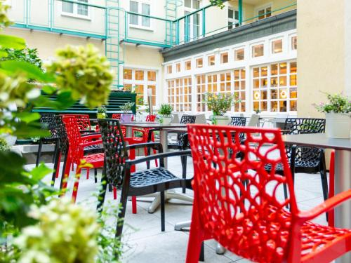 A balcony or terrace at Hotel Josefshof am Rathaus