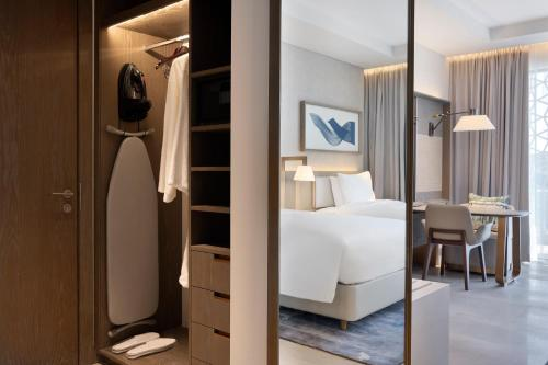 A bed or beds in a room at Hilton Abu Dhabi Yas Island