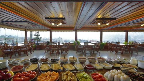 A restaurant or other place to eat at Safran Cave Hotel