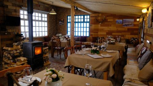 A restaurant or other place to eat at Ecorancho Aleekseevka