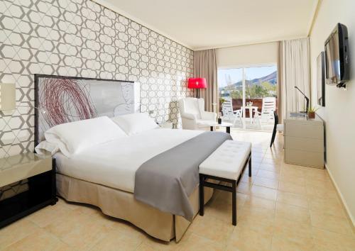 Een bed of bedden in een kamer bij H10 Timanfaya Palace - Adults Only