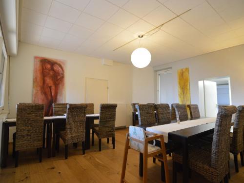 Ein Restaurant oder anderes Speiselokal in der Unterkunft Cozy Holiday Home in Bad Ems with Sauna