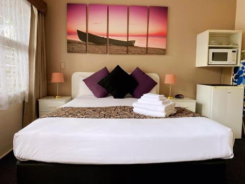 A bed or beds in a room at Motel Kempsey