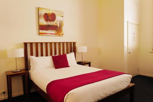 A bed or beds in a room at Ansonia on Lydiard