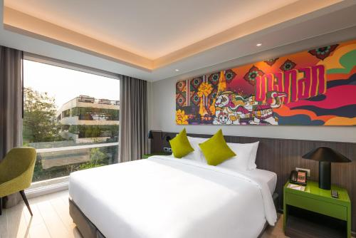 A bed or beds in a room at Maitria Hotel Rama 9 Bangkok - A Chatrium Collection