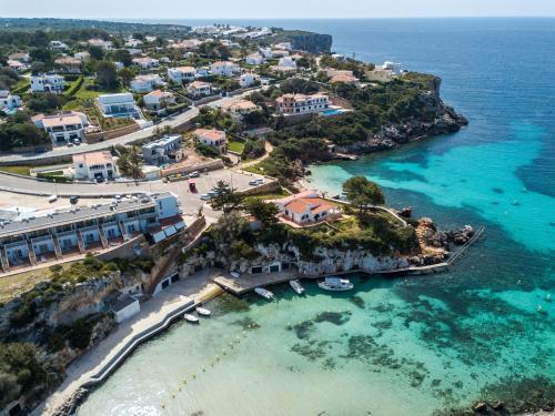 Vista aerea di Apartamentos Playa Canutells