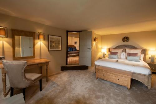 Ein Bett oder Betten in einem Zimmer der Unterkunft Boringdon Hall Hotel and Spa