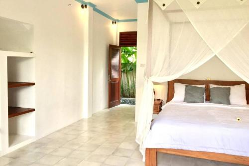A bed or beds in a room at Peaceful Studio Appartment with aircon shere pool