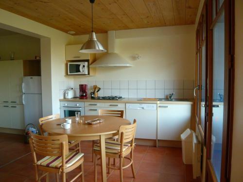 Cuisine ou kitchenette dans l'établissement Camping les vergers de Squividan ***