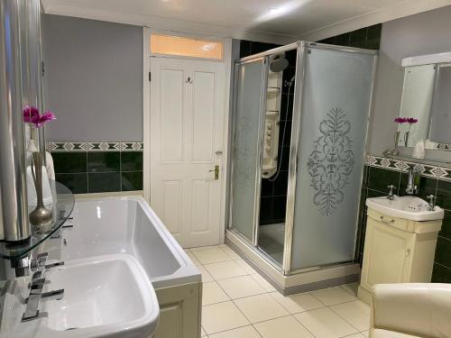 A bathroom at The Railway Sleeper Lodge