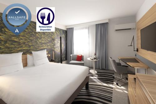 A bed or beds in a room at Novotel Blois Centre Val De Loire