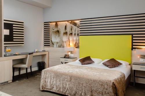 سرير أو أسرّة في غرفة في فندق ليرو