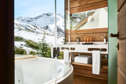 A bathroom at El Lodge, Ski & Spa