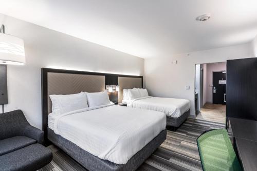 سرير أو أسرّة في غرفة في هوليداي إن إكسبريس آند سويتس جيرسي سيتي نورث - هوبوكين